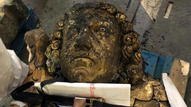 Украшавшая свод Нотр-Дама скульптура ангела найдена под завалами неповрежденной