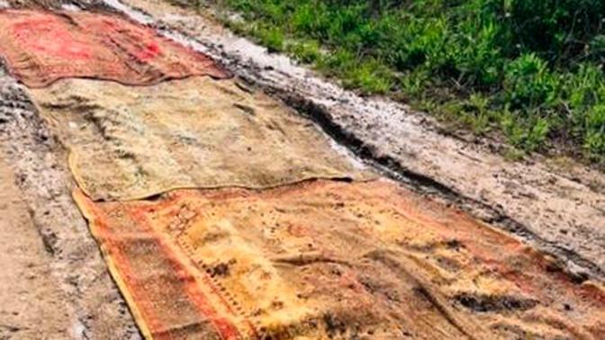 В Калуге разбитую дорогу «отремонтировали» коврами