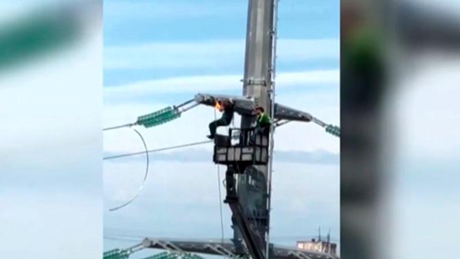 В Серпухове электрик устроил подтягивания на высоковольтных проводах