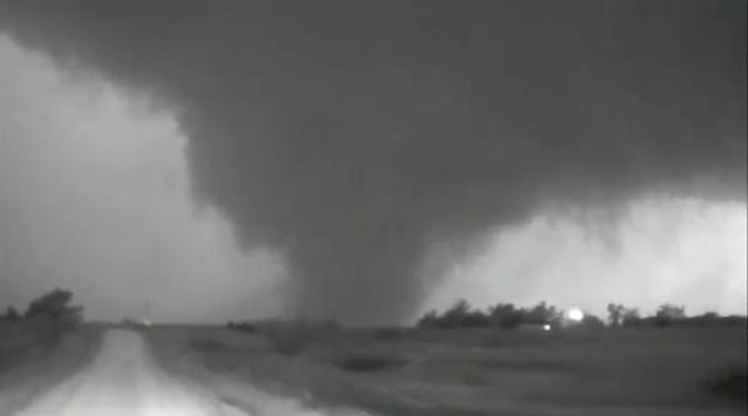 В США разрушительный торнадо едва не убил очевидцев: видео
