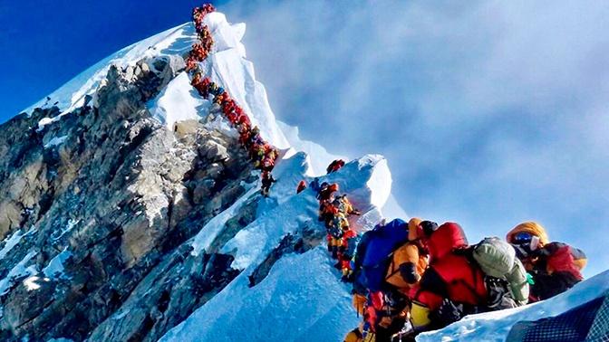 Несколько человек умерли, ожидая спуска с Эвереста