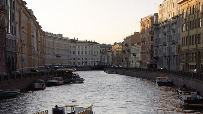 Катер с туристами врезался в опору моста в Петербурге