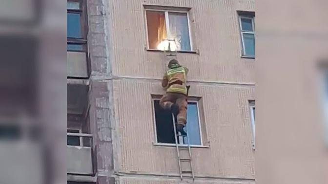 «Пытался привлечь внимание, бросал игрушки»: очевидцы о спасении ребенка из многоэтажки в Петербурге