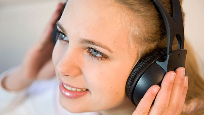 Врач объяснил опасность прослушивания музыки в наушниках