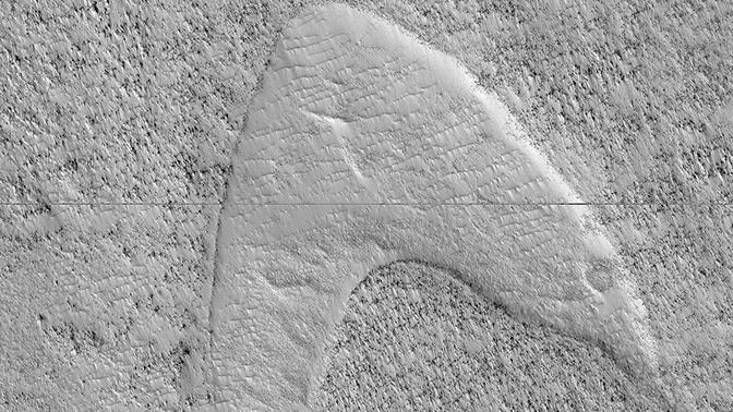 NASA обнаружило в дюнах на Марсе лого Star Trek