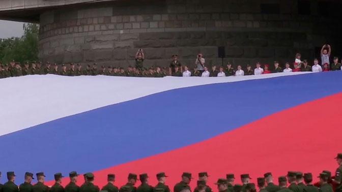 Юнармейцы развернули огромный флаг России: видео
