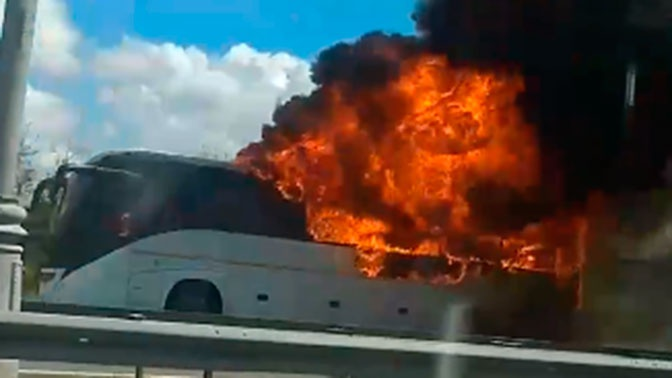 Автобус сгорел у аэропорта Домодедово: видео