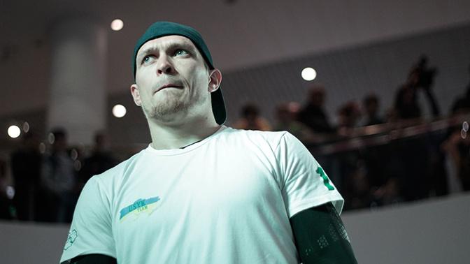 Боксер Усик отказался от чемпионского титула