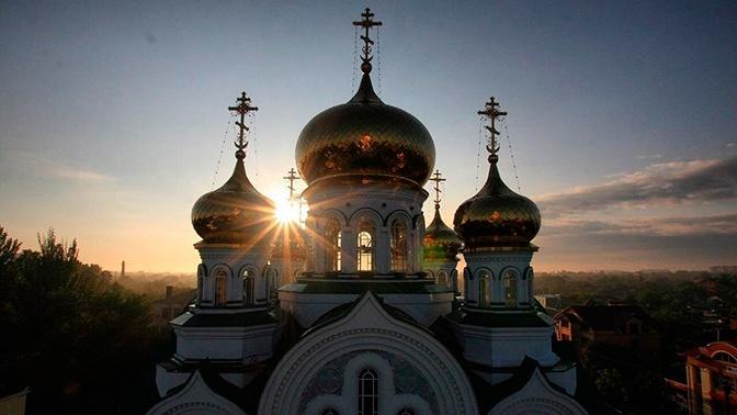 Православные христиане празднуют День Святой Троицы