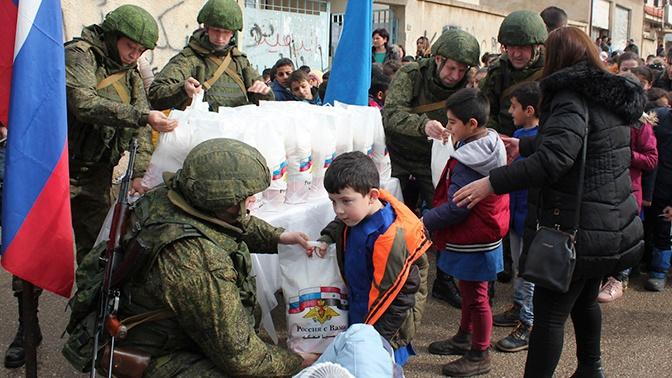 Российские военные раздали гумпомощь в двух сирийских провинциях