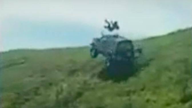«Экстремалы» кубарем скатились в джипе с холма: видео