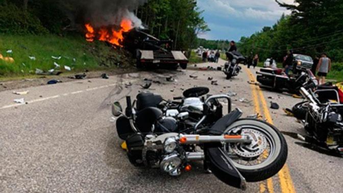 Огромный внедорожник протаранил группу мотоциклистов в США: кадры с места