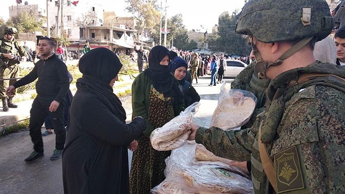 Российские военные раздали гуманитарную помощь жителям Сирии