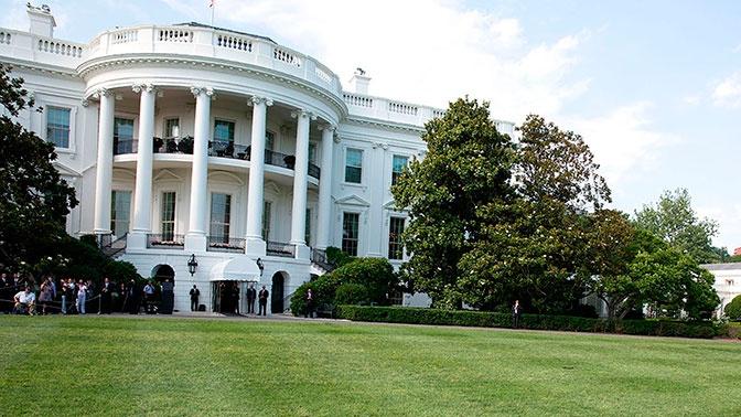 СМИ: трех человек задержали в США за сожжение флага у Белого дома