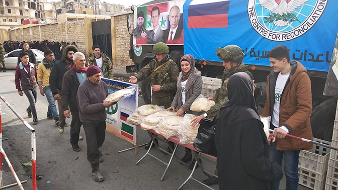 Российские военные раздали гумпомощь в сирийском Алеппо