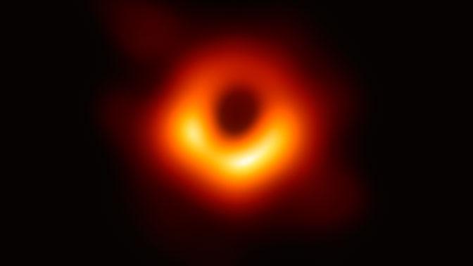 Астрономы обнаружили странный диск вокруг черной дыры