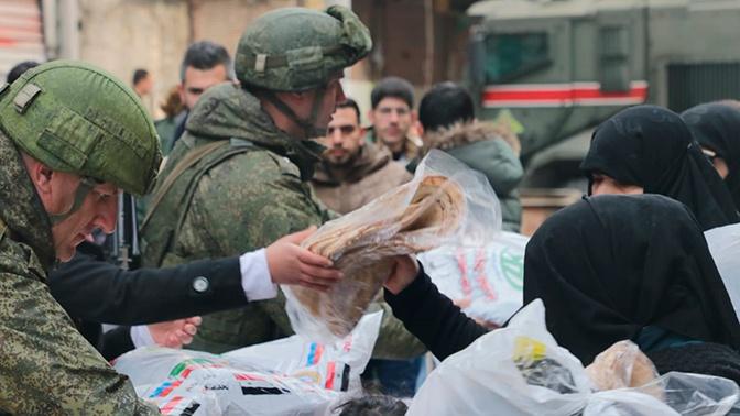 Российские военные раздали гумпомощь в трех сирийских провинциях
