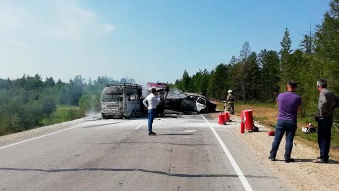 Три человека погибли в результате ДТП с микроавтобусом в Якутии
