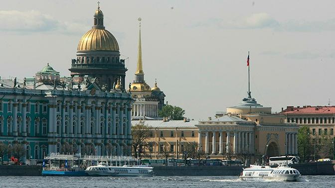 Судно на подводных крыльях врезалось в Дворцовую набережную в Петербурге