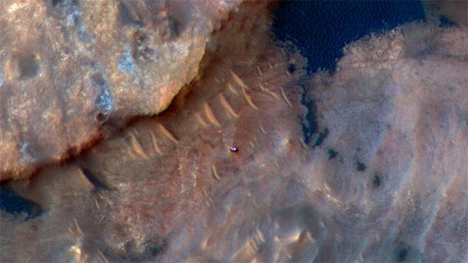Орбитальный аппарат снял «машину» на поверхности Марса