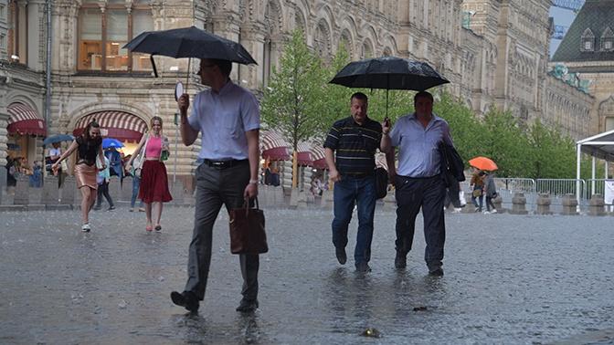 Грозы, дожди и ветер: Москву накрыл атмосферный фронт