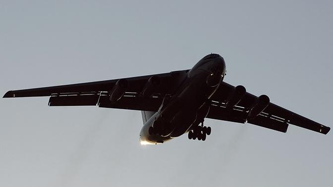 Самолет Ил-76 МЧС России кружит над аэропортом Жуковский