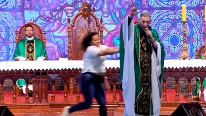 «Толстым нет места в раю»: священника сбросили со сцены во время мессы