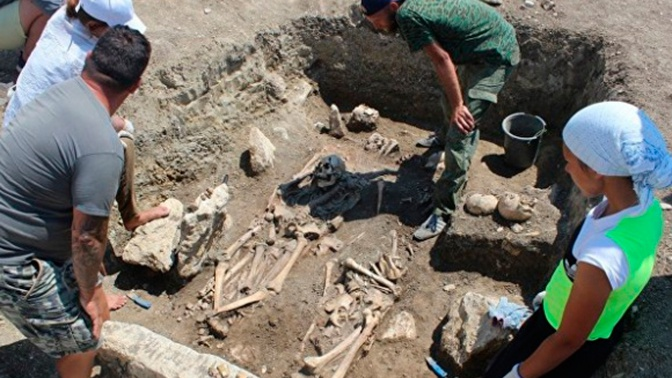 В Крыму найден таинственный склеп со скелетами античных воинов