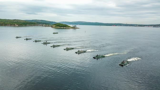 Десантирование БТР-80 на побережье Кольского залива: эффектные кадры маневров