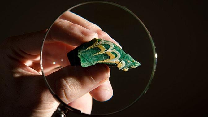 Ученые разгадали тайну осколка зеленого стекла сузорами