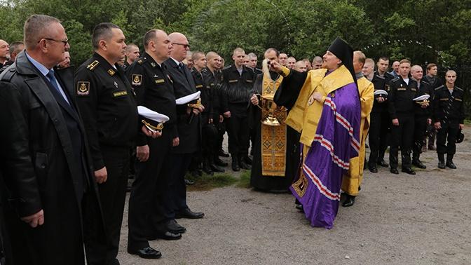 В Североморске в канун Дня ВМФ освятили поклонный крест из Сербии