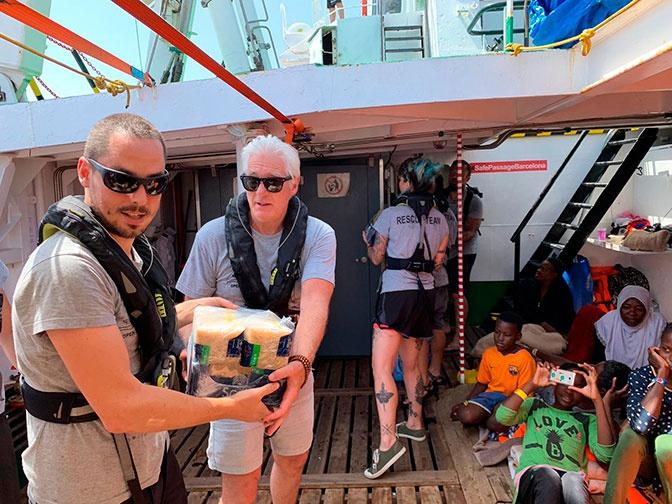 Ричард Гир помог мигрантам надрейфующем судне