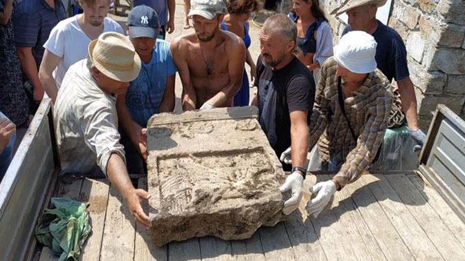 Редкий артефакт: в Крыму нашли античную плиту со всадником
