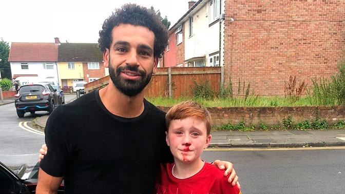 Мохаммед Салах сфотографировался с фанатом, врезавшимся в столб