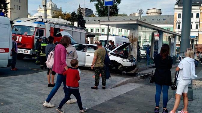 В Москве легковой автомобиль протаранил автобусную остановку