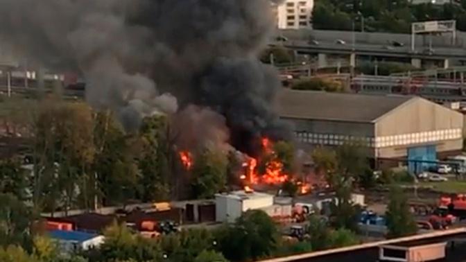 Дым и пламень: пожар в фарфоровом цехе на севере Москвы попал на видео