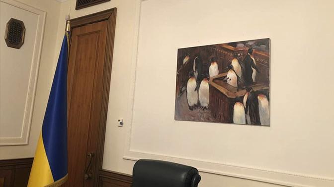 Зеленский украсил свой кабинет пингвинами и шаурмой