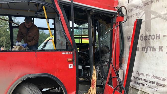 Три человека оказались в реанимации после аварии с автобусом в Перми