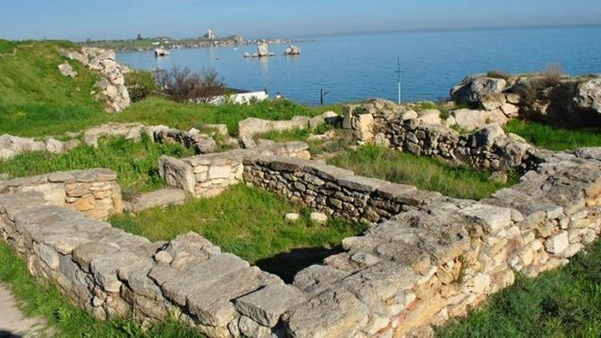 На раскопках античного города в Крыму нашли загадочный саркофаг