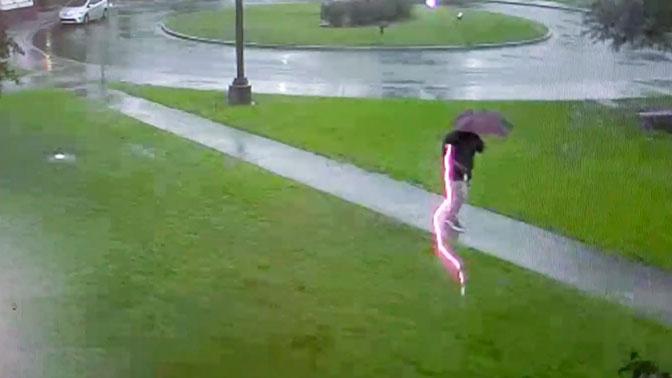 Гуляющий под зонтом мужчина чудом выжил после удара молнии: видео