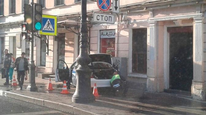Полицейский Mercedes въехал в дом в центре Петербурга