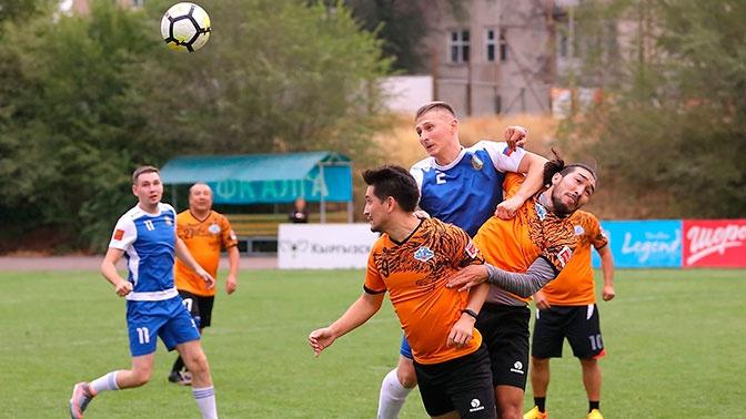 В Бишкеке летчики и артисты сыграли в футбол в День российского флага