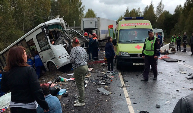 Кабина автобуса уничтожена: первые кадры с места ДТП в Ярославской области