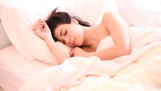 Лучшая поза: врач рассказал, как правильно спать
