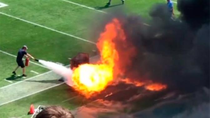 Во время матча в США загорелось футбольное поле: видео