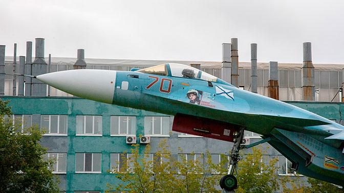 Су-33 на территории Комсомольского–на–Амуре авиационного завода имени Ю.А. Гагарина.