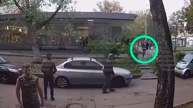Раненый полицейский убегает от коллеги-стрелка в Москве: видео с камер
