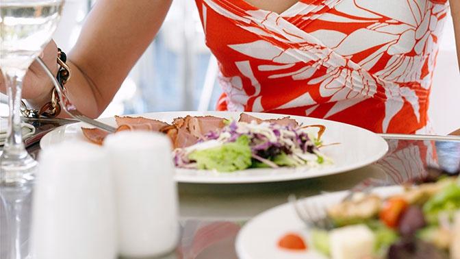 Что делать, если в кафе подали некачественное блюдо: советы юриста