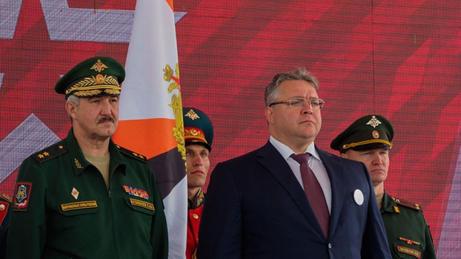 Главе Ставрополья передали копии Знамени Победы и 476-го стрелкового полка