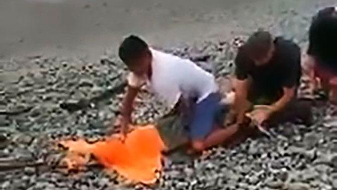 Мужчина голыми руками словил двух с половиной метрового крокодила: видео